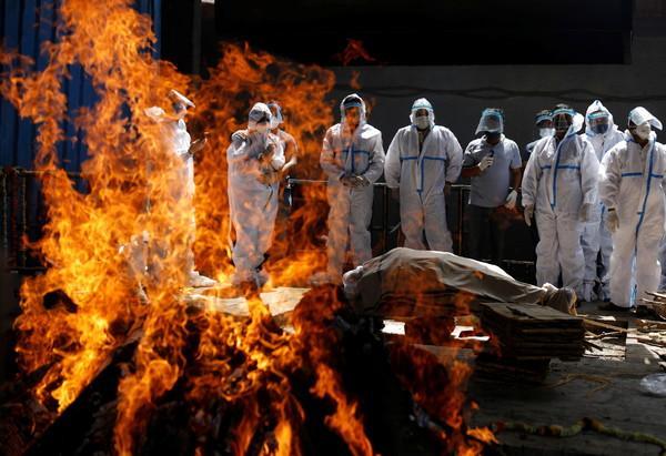 日增40万!大街飘焚尸味,医院火灾烧活人,印度疫情恐拖垮天下 第40张图片