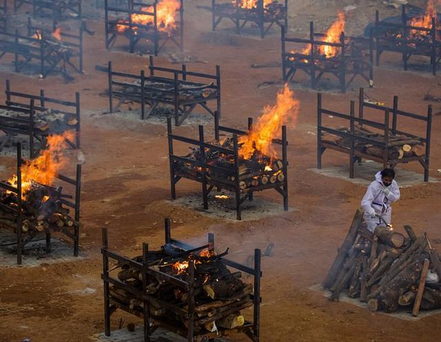 日增40万!大街飘焚尸味,医院火灾烧活人,印度疫情恐拖垮天下 第48张图片