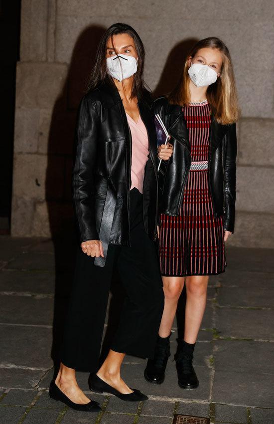 西班牙国王一家看歌剧,至公主摇滚风又美又飒,14岁小公主比妈高 第3张图片