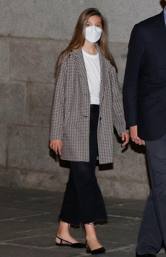 西班牙国王一家看歌剧,至公主摇滚风又美又飒,14岁小公主比妈高 第4张图片
