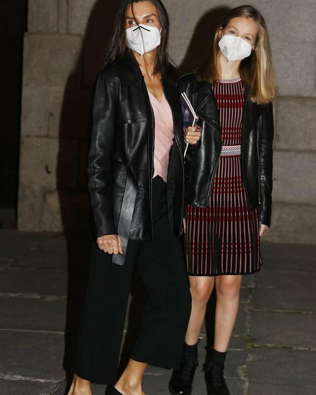 西班牙一家合体,14岁小公主初次穿姐姐旧衣,1米7身高穿得小一码 第2张图片