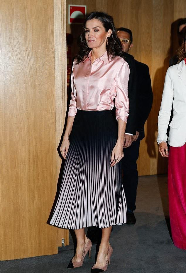 西班牙一家合体,14岁小公主初次穿姐姐旧衣,1米7身高穿得小一码 第7张图片