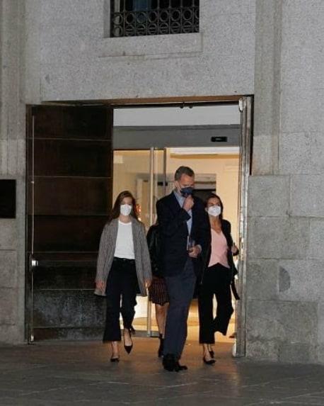 西班牙一家合体,14岁小公主初次穿姐姐旧衣,1米7身高穿得小一码 第9张图片