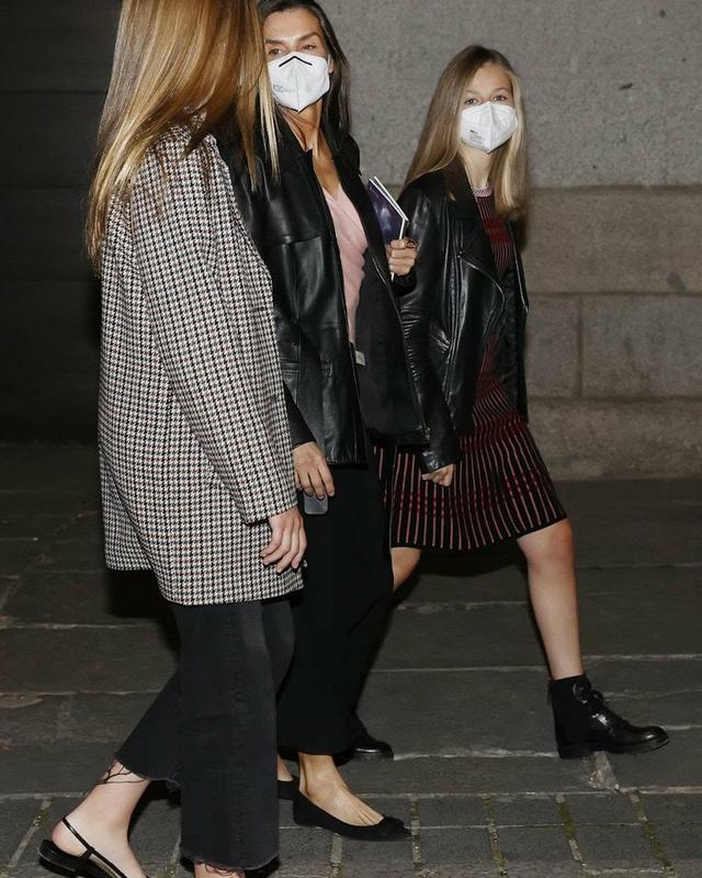西班牙一家合体,14岁小公主初次穿姐姐旧衣,1米7身高穿得小一码 第8张图片
