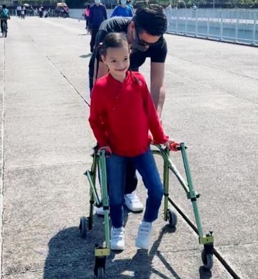 女星钟丽淇自曝现状,10岁女儿不会措辞走路,经常抽搐情况危机 第2张图片
