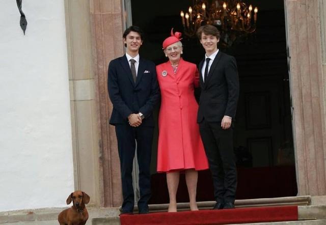丹麦21岁男模王子久违亮相,同框女王太帅气,父亲疑被排挤去法国