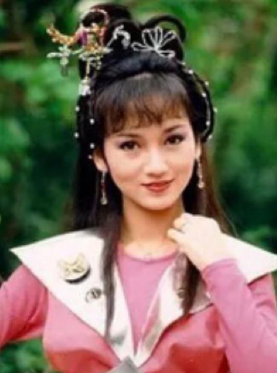 66岁赵雅芝重游雷峰塔,身姿婀娜背影似少女,网友:谨慎法海 第4张图片