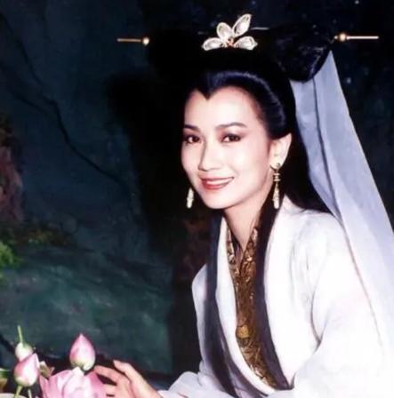 66岁赵雅芝重游雷峰塔,身姿婀娜背影似少女,网友:谨慎法海 第5张图片