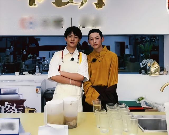 配合受邀出演《中餐厅5》,丁真与弟弟合照曝光!颜值激发热议 第5张图片