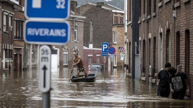 德国洪灾现场惊现窃贼,西方:为什么中国人能安静地等束缚军来救? 第3张图片