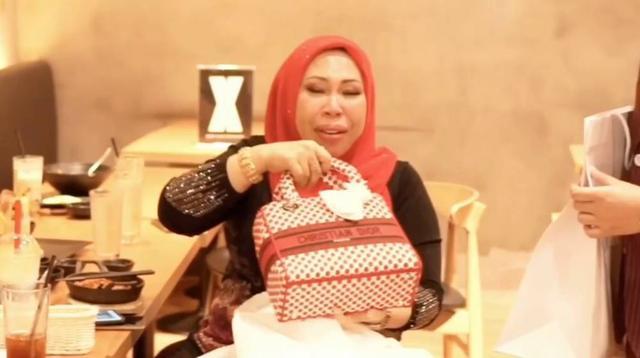 马来西亚50岁富婆要和27岁男助理成婚,女儿解体:已有5个爸爸 第5张图片