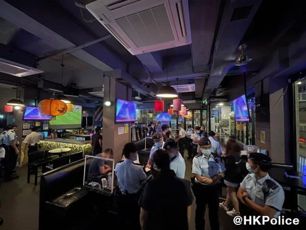 香港黑帮厮杀闯入警署,全港反黑4天逮捕298人 第2张图片