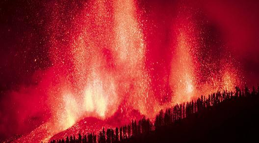 西班牙拉帕尔马岛火山喷发已致数百栋房屋被毁 约5000人紧急撤离
