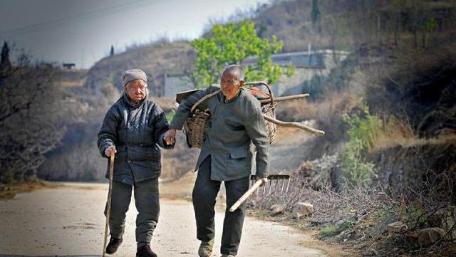 农村老人如何养老?你支持给60岁以上的农村老人发退休金吗?