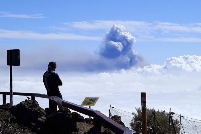 西班牙拉帕尔马岛火山浓烟升腾 高度跨越2400米天文观景台 第1张图片