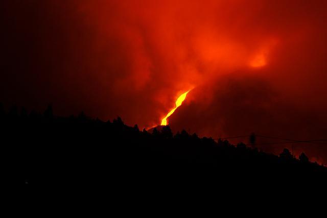 西班牙拉帕尔马岛火山浓烟升腾 高度跨越2400米天文观景台 第2张图片