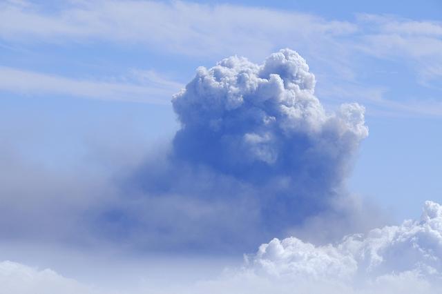 西班牙拉帕尔马岛火山浓烟升腾 高度跨越2400米天文观景台 第3张图片