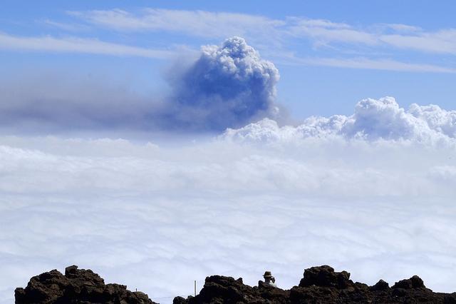 西班牙拉帕尔马岛火山浓烟升腾 高度跨越2400米天文观景台 第4张图片