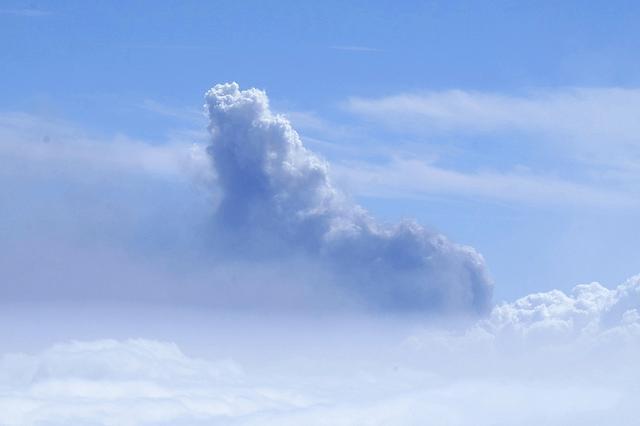 西班牙拉帕尔马岛火山浓烟升腾 高度跨越2400米天文观景台 第5张图片
