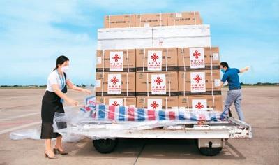 中国援助老挝第六批新冠疫苗抵达万象