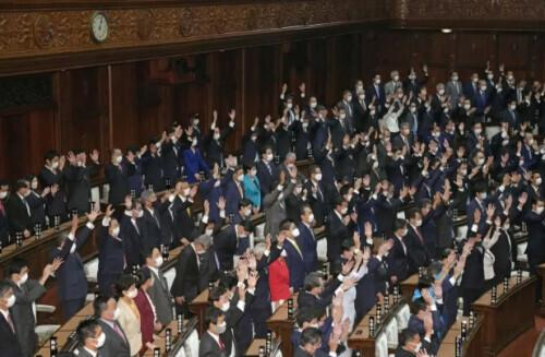 """日本众议院今日解散,在场议员高喊三声""""万岁"""",新的政治大戏开场"""