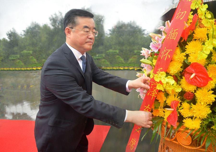 到任第一天,湖南省委书记张庆伟赴韶山瞻仰参观